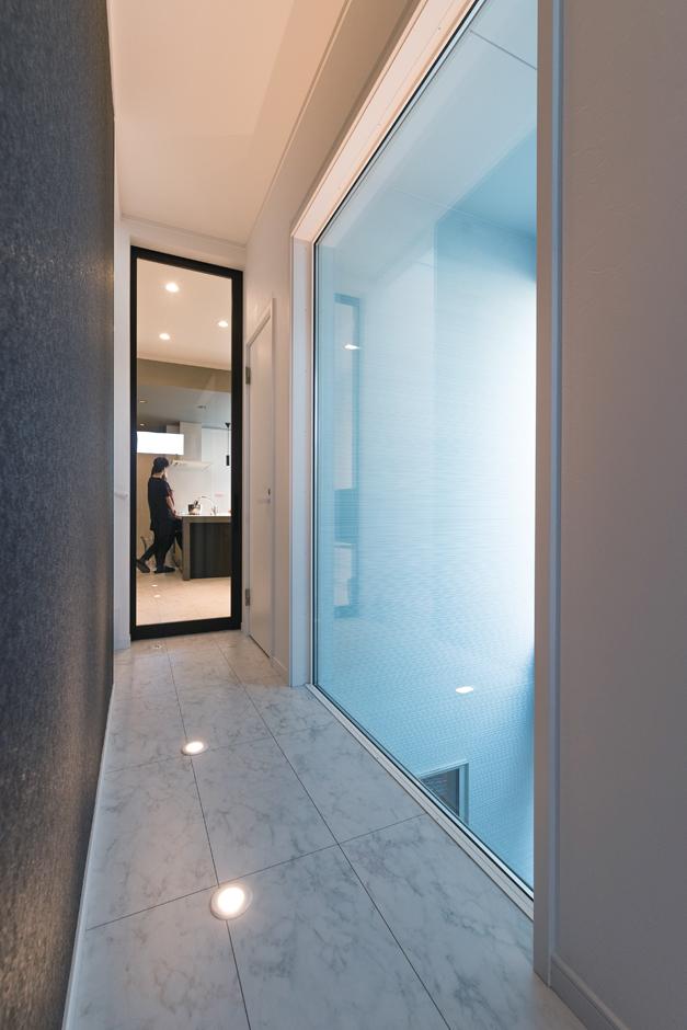 ハートホーム【デザイン住宅、狭小住宅、間取り】一面FIX窓の廊下。夜は床からの灯りで全く違う雰囲気に