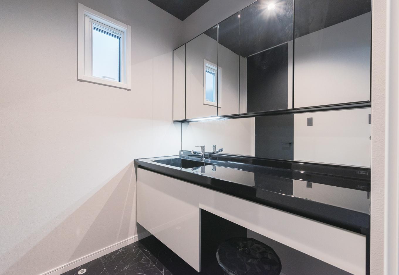 ハートホーム【デザイン住宅、狭小住宅、間取り】洗面室もモノトーンで統一。誰かがお風呂に入っていても使えるように脱衣室を別に設けた