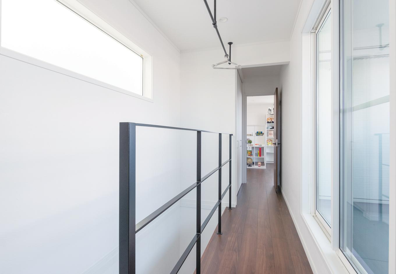 ハートホーム【デザイン住宅、狭小住宅、間取り】3階廊下は室内干しスペースにも。子どもたちは自分の服は自分で取り込んで個室にしまうルール