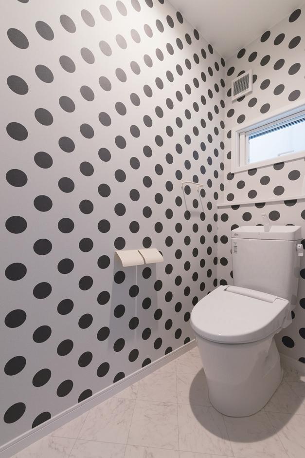 ハートホーム【デザイン住宅、狭小住宅、間取り】トイレは遊び心ある水玉模様で変化をつけた