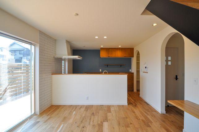 シンカ【デザイン住宅、収納力、自然素材】キッチンからは部屋中が見渡せるよう設計