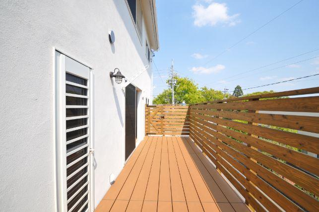シンカ【デザイン住宅、収納力、自然素材】リビングルームと繋がる広いウッドデッキ