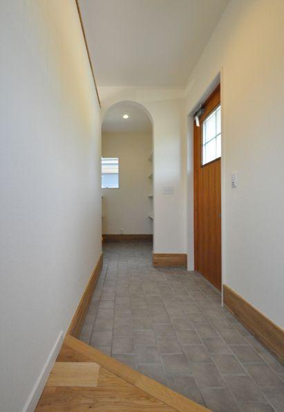 シンカ【デザイン住宅、収納力、自然素材】天然木を使用した明るい玄関
