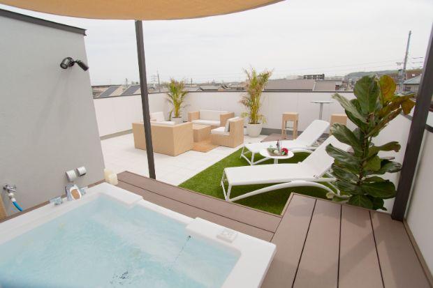 各スペースが美しく配置された屋上空間。特別な素材や固定方法(特許取得)により、天候によって家具の出し入れをする必要がなく、屋上空間を最大限に活かせる