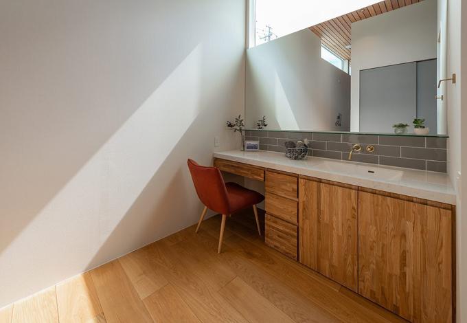 HAPINICE -ハピナイス-【豊橋市東幸町・モデルハウス】大きな鏡、タイルやタモの素材感が引き立ち、明るい光が降り注ぐ洗面スペース。一日の始まりが気持ちよく過ごせる心地のいい空間