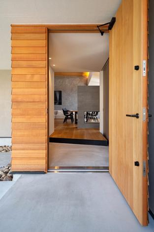 HAPINICE -ハピナイス-【豊橋市東幸町・モデルハウス】重厚な無垢の玄関ドア。玄関ドアを開けると上質な空間が広がる