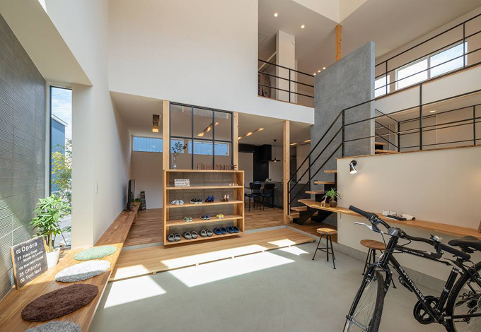 HAPINICE -ハピナイス-【豊橋市山田一番町7-2・モデルハウス】玄関を開けると広がる大空間の土間スペース。内と外をつなぐ土間スペースは楽しみ方色々。暮らし方が広がる