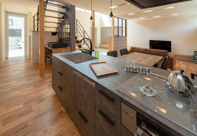 HAPINICE -ハピナイス-【豊橋市山田一番町7-2・モデルハウス】家具のようなべトングレーのキッチン。会話をしながらお料理が楽しい時間になる空間