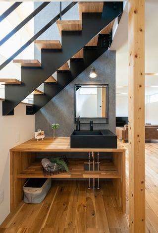 HAPINICE -ハピナイス-【豊橋市山田一番町7-2・モデルハウス】階段下の洗面スペース。スリット階段から光が降り注ぐ明るく心地のいい空間。 アイアン、木、黒の洗面台。素材感が引き立つインダストリアルな雰囲気
