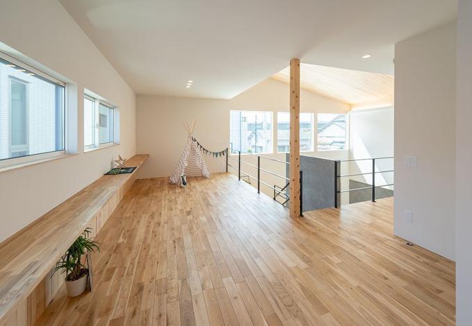 HAPINICE -ハピナイス-【豊橋市山田一番町7-2・モデルハウス】階段を上がった先に広がるスペース。間仕切りがなく使い方は無限大です。木のぬくもりが心地のいい空間