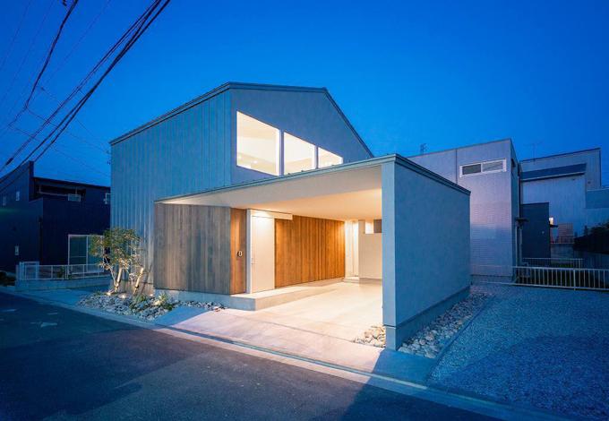 HAPINICE -ハピナイス-【豊橋市山田一番町7-2・モデルハウス】夜の景色の中で目を惹く美しい外観。ライトアップされ日中とは違う雰囲気を醸し出す