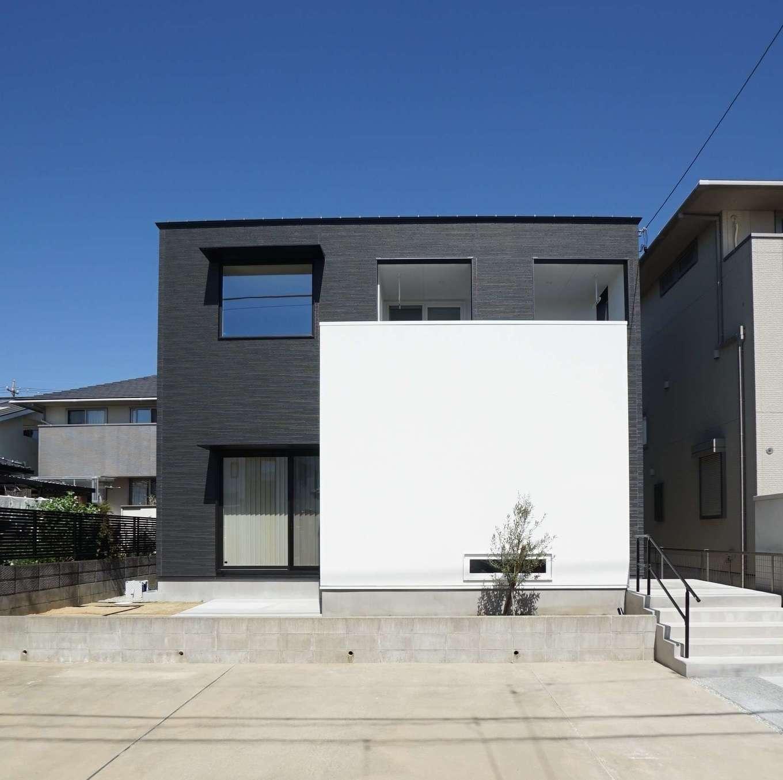 RIKYU (リキュー)【デザイン住宅、間取り、建築家】黒いサイディングの外壁と、目隠しの白い塗り壁が絶妙に調和したシンプルモダンな外観。庭に奥さま専用の家庭菜園スペースもある