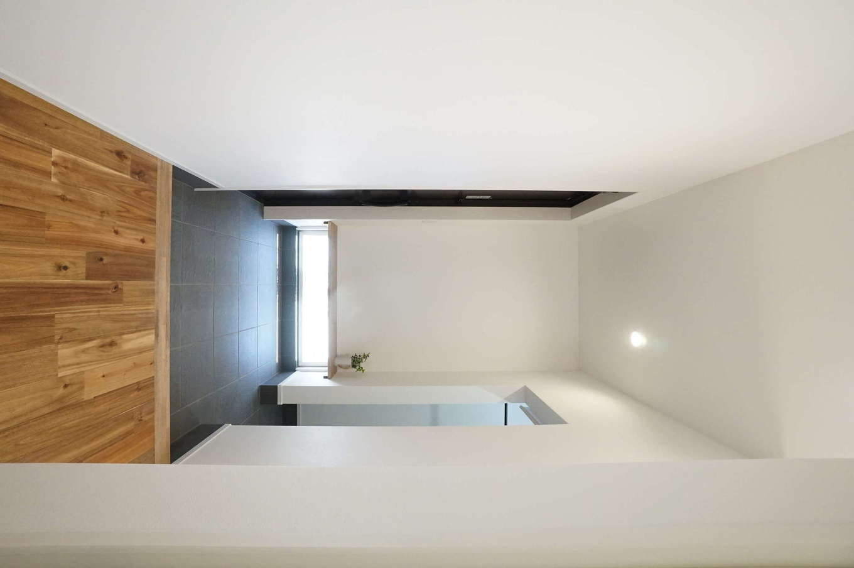 RIKYU (リキュー)【デザイン住宅、間取り、建築家】大容量のシューズクローゼットを備えた玄関ホール。地窓から射し込む光で十分な明るさを確保できる