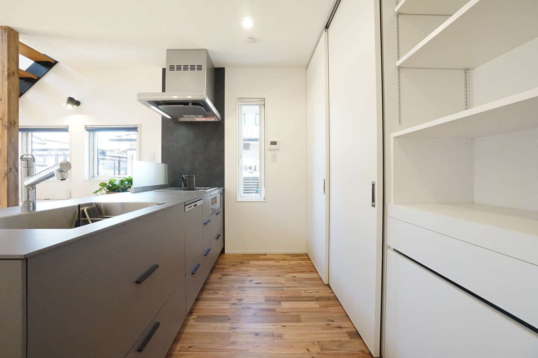 RIKYU (リキュー)【デザイン住宅、間取り、建築家】デザインと機能性を兼ね備えたmonoキッチンは、奥さまのお気に入り。引き戸で調理家電やゴミ箱を隠せるので生活感が出ない
