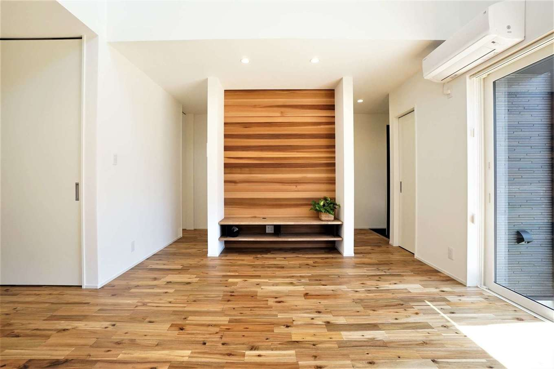 RIKYU (リキュー)【デザイン住宅、間取り、建築家】造作のテレビボードはレッドシダーを使用。玄関からこのボードの裏を通ってサニタリー、将来の親御さんの部屋へとアクセスすることができる。つながりを持たせながら、緩やかにゾーンニングした「裏動線」に建築家らしさを感じる