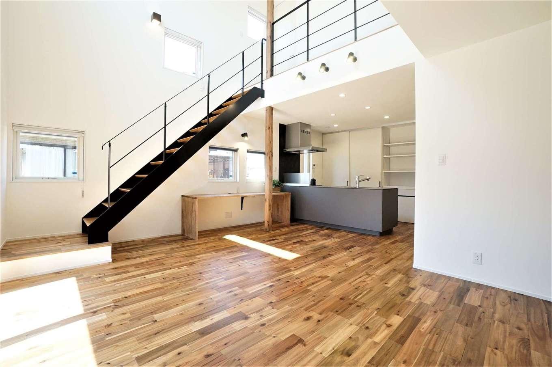RIKYU (リキュー)【デザイン住宅、間取り、建築家】開放感あふれる吹抜けのLDK。ナチュラルな空間に黒いスケルトンのスチール階段と細めの手すりがアクセントに。肌触りのいい無垢の床はアカシアで、経年変化も楽しみ