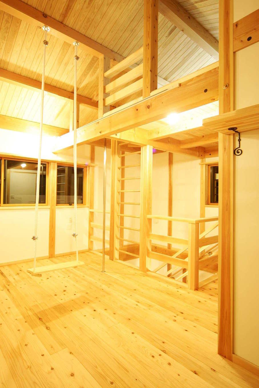 """住まいるコーポレーション【収納力、和風、自然素材】天井が高く広々としたファミリースペースには、ブランコと登り棒を設置。小屋裏空間を生かしてロフトも設けており、""""肋木""""(ろくぼく=はしご状の運動器具)をイメージした「登り格子棒」でロフトに出入りできる。遊び心満載の仕掛けがおもしろい"""