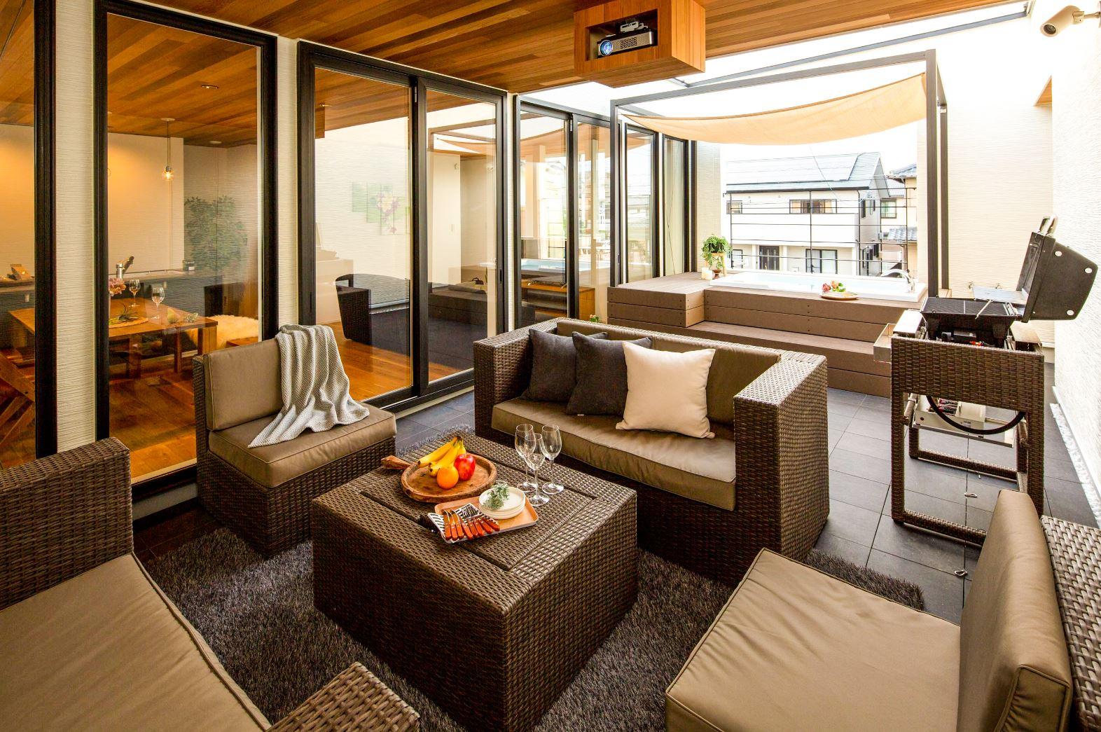スタイルカーサ【浜松市中区飯田町・モデルハウス】屋外家具付きアウトドアリビング。家族だけでのんびりくつろいだり、仲間を呼んでワイワイ騒いだり、楽しみ方は自由自在。メッシュ素材のソファは長年風雨に晒されてもメンテナンスフリー。『style casa』なら、大きな邸宅でなくても、床面積33坪の家でこんな贅沢な空間が予算内で実現する