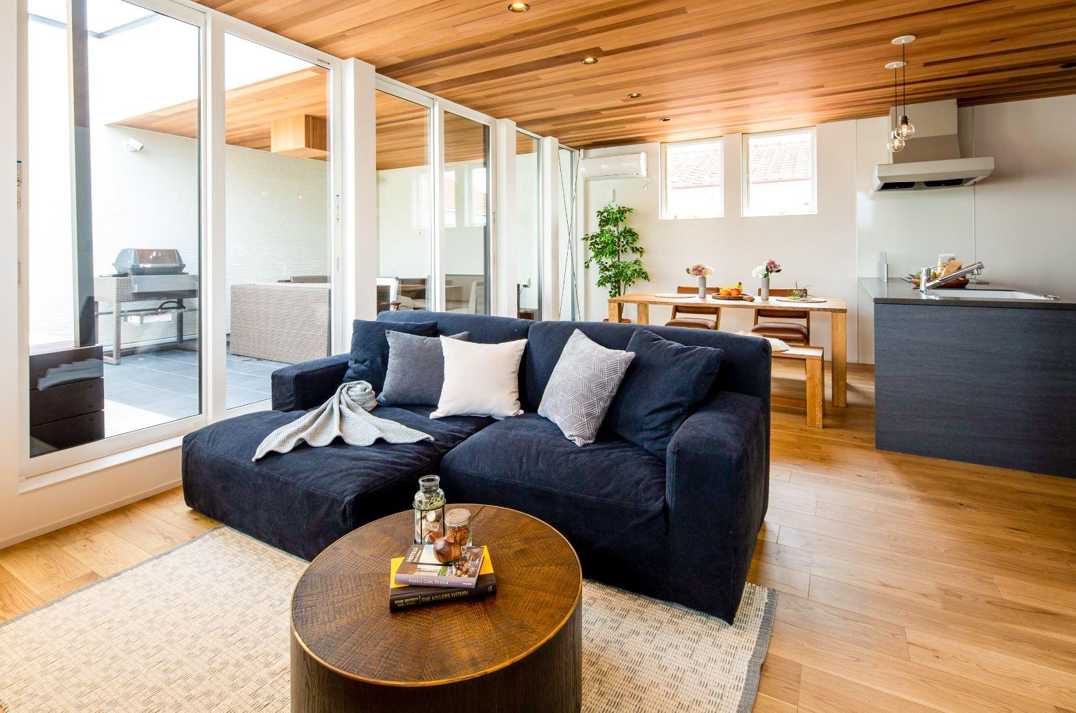 スタイルカーサ【浜松市中区飯田町・モデルハウス】2階のLDKは18畳のゆったり空間。リビングとテラスを壁で仕切るのではなく、大きなサッシを採用したことで視界が抜けていき、実面積よりも広く感じられる