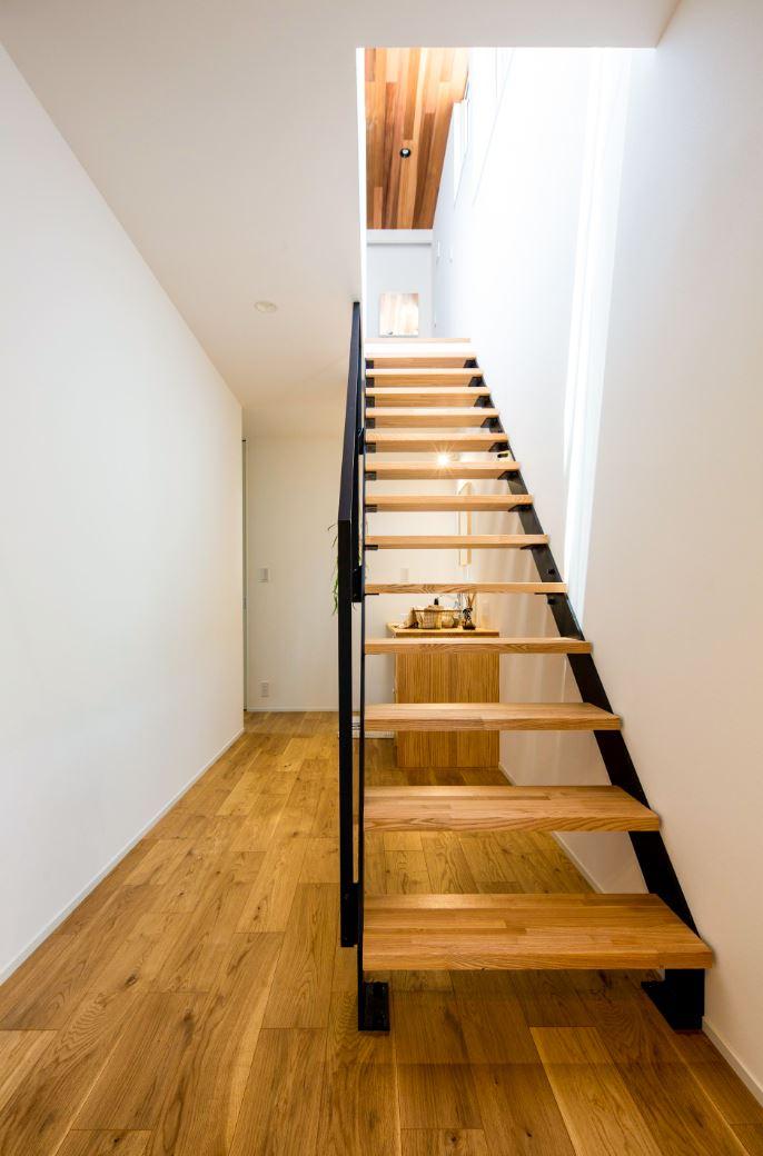 スタイルカーサ【浜松市中区飯田町・モデルハウス】1階は6畳の子ども部屋2つと主寝室+ファミリークローゼットといったプライベート空間を集約。家全体の断熱・気密性が高いので、少ないエネルギーで夏は涼しく、冬暖かい快適な住環境を実現。新築後もずっとランニングコストのかかりにくい、低燃費で豊かな暮らしが可能となる