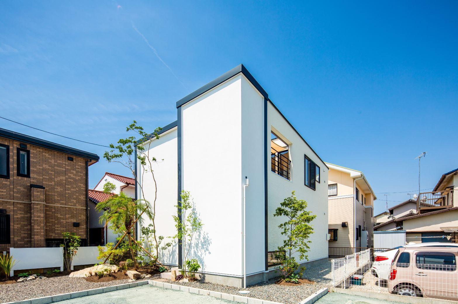 スタイルカーサ【浜松市中区飯田町・モデルハウス】閉鎖的な外観デザインと開放的な室内とのギャップがおもしろい