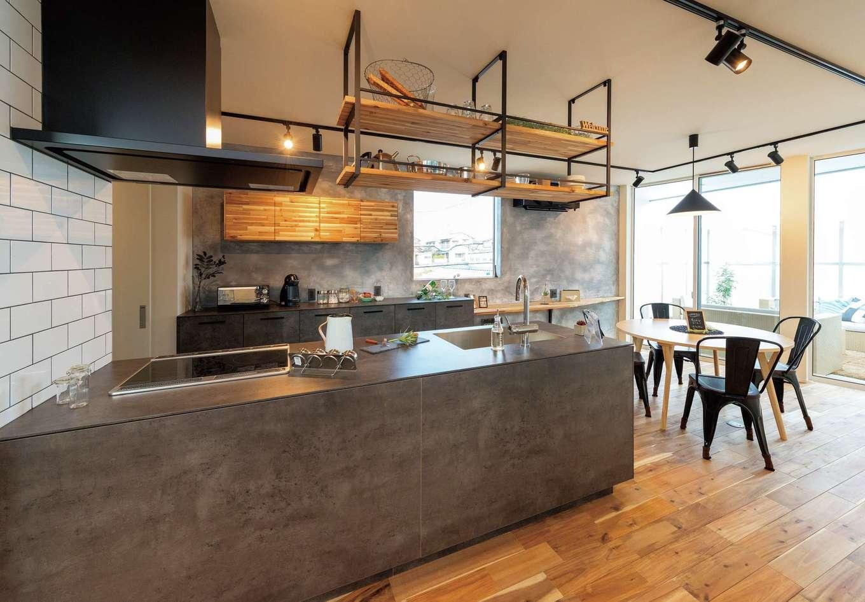 HAPINICE -ハピナイス-【デザイン住宅、間取り、平屋】色、形、素材のすべてにこだわったアイランドキッチン。扉やタイルの素材感がアカシアの無垢の床とベストマッチ。ダイニングの外のアウターリビングが非日常感を演出