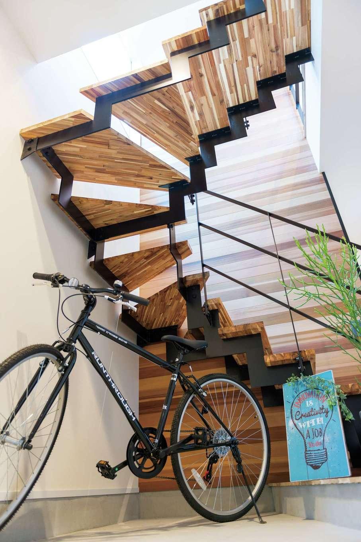 HAPINICE -ハピナイス-【デザイン住宅、間取り、平屋】2階LDKへの動線を考慮し、玄関土間のすぐ脇に階段を設置。1階は寝室・個室が計3室ある