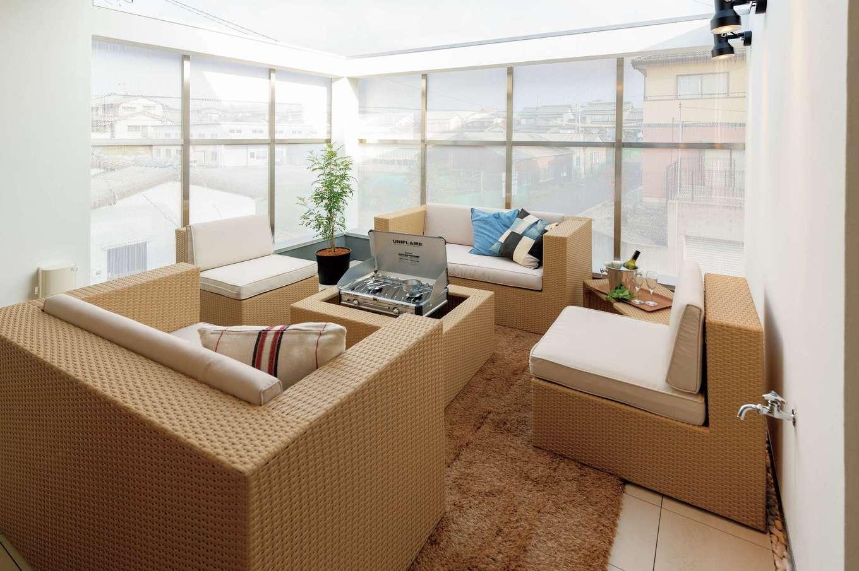 HAPINICE -ハピナイス-【デザイン住宅、間取り、平屋】1階のガレージの上に屋上テラスを設けたことで、狭小地でありながら庭スペースを確保。アウターリビングとしても活躍する。目隠しに用いたパンチングパネルが外からの視線を遮る一方、屋内からは周囲の風景が程良く透けて開放感をもたらしている