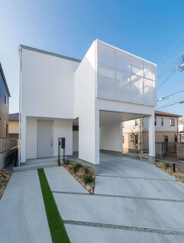 HAPINICE -ハピナイス-【デザイン住宅、間取り、平屋】白いキューブ型のスタイリッシュな外観。ガレージ上の屋上テラスを囲ったパンチングパネルが意匠性を高めるとともに、周囲の視線を遮りつつも屋内からは景色を程良く見渡せる