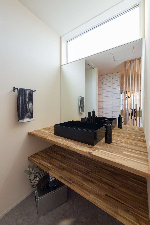 HAPINICE -ハピナイス-【デザイン住宅、間取り、平屋】洗面スペースは高窓で明るさを確保。オリジナルの洗面カウンターはアカシアの無垢材で造作。シンプルな空間に個性的な木目が映える