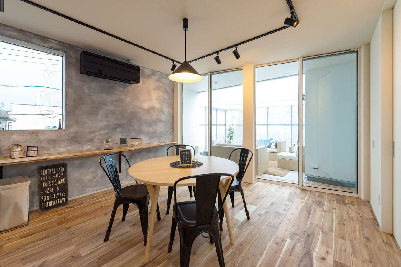 HAPINICE -ハピナイス-【デザイン住宅、間取り、平屋】アウターリビングとつながる大窓から光が注ぐ開放的なダイニング。壁一面に設けたカウンターは飾り棚や書きものなど多目的に利用できる