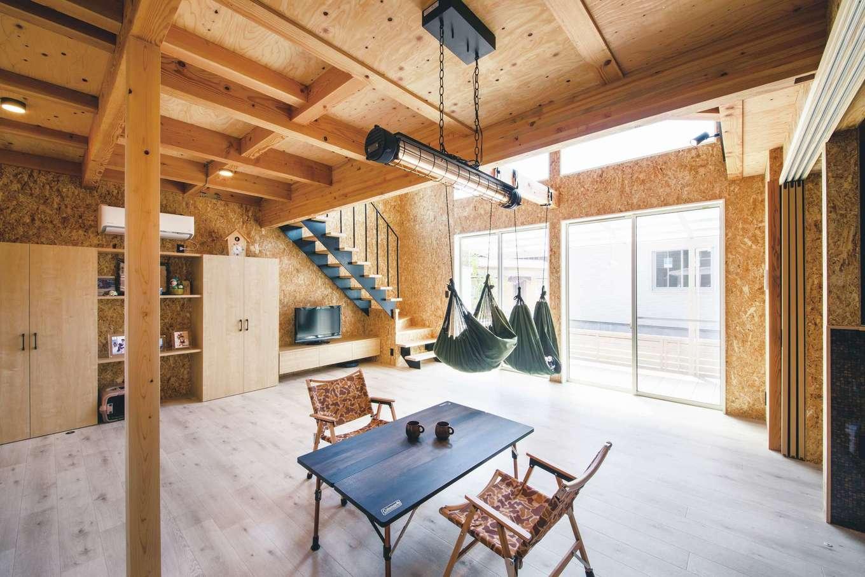 T-style 【1000万円台、趣味、ペット】キャンプ用のテーブル&椅子が似合う空間にコーディネートされた21畳のLDK。「家の中にいながら外にいるような気分を味わいたい」という夫婦の夢が予算内でカタチになった