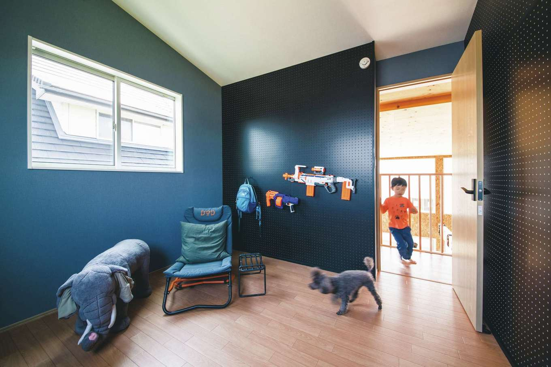 T-style 【1000万円台、趣味、ペット】長男の部屋。オモチャを引っ掛けるハンギングボードの色は自分で選んだ。6歳にしてこのセンス!