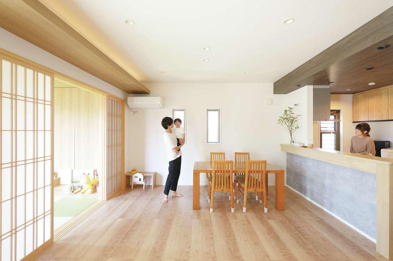 丸昇彦坂建設【デザイン住宅、子育て、間取り】ダイニングと和室は障子で仕切ることもできる。障子から透ける光や間接照明が、洗練された和モダン空間を演出