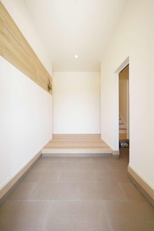 丸昇彦坂建設【デザイン住宅、子育て、間取り】シューズクローク付きの玄関。色を抑えたシンプルな空間にアクセントタイルで個性をさりげなく表現
