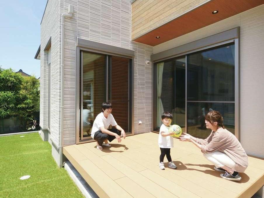丸昇彦坂建設【デザイン住宅、子育て、間取り】ウッドデッキにはリビングと和室の両方から出入りできる。夏になったらプール遊びやバーベキューをするのが楽しみ