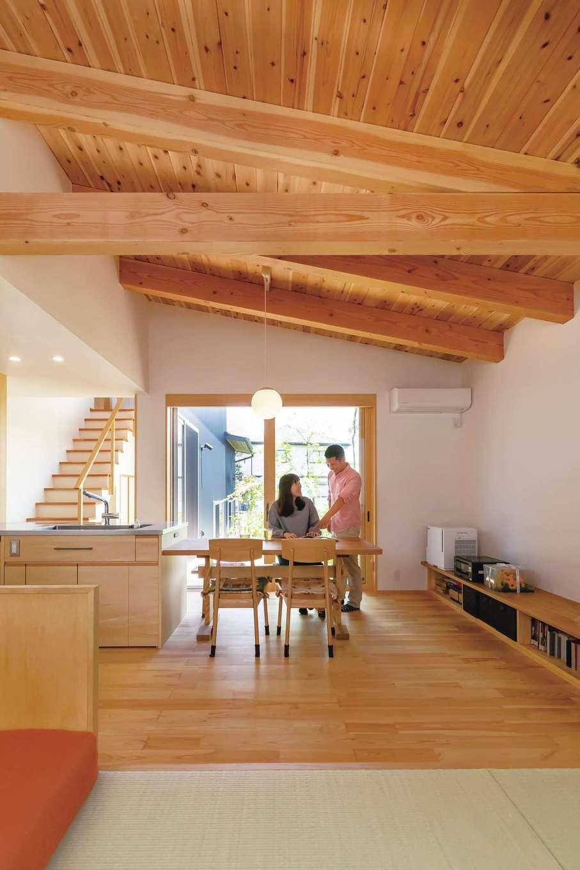 ぴたはうす 安食建設【デザイン住宅、和風、間取り】どこからでも緑豊かな中庭が見えるような間取りで、家の中央にアイランドキッチンを配置したことで、家族がどこにいても様子がわかる
