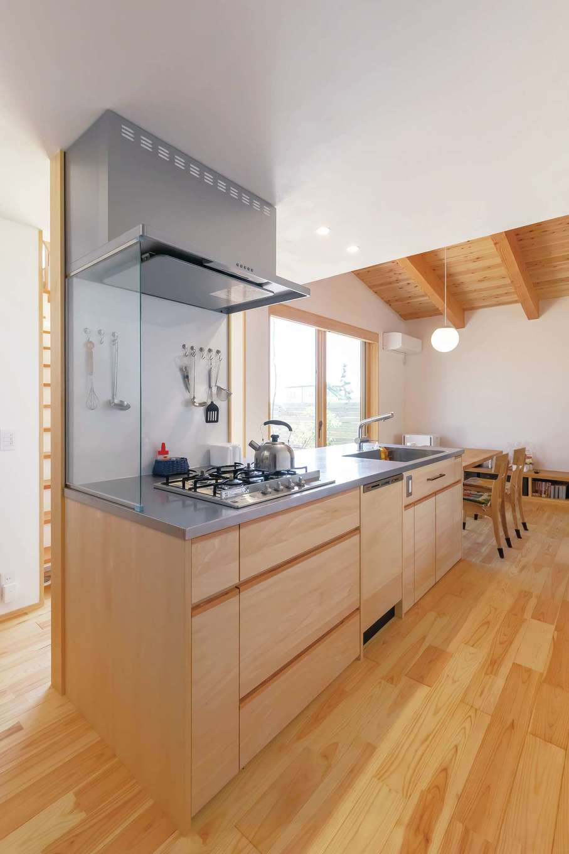 ぴたはうす 安食建設【デザイン住宅、和風、間取り】庭を眺めながら料理したいという奥さまの要望に応えて、家の中心にアイランドキッチンをレイアウト。奥さまの身長と使い勝手に合わせて『ぴたはうす』がオーダーメイドで仕上げた。造作の方が有名メーカーの豪華なシステムキッチンよりもお値打ちで使いやすいという声も多い