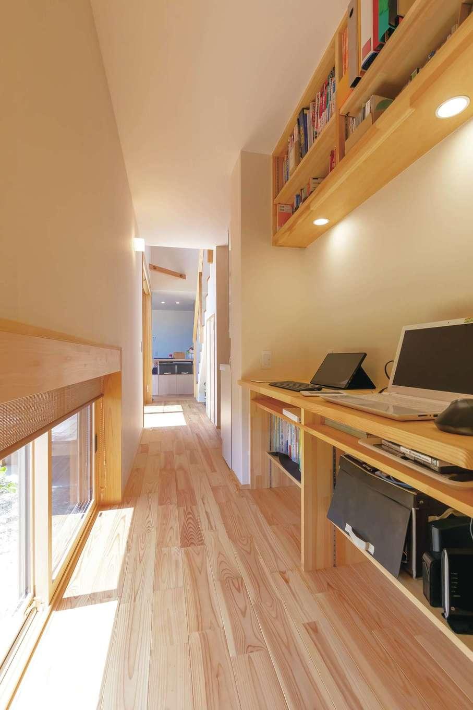 ぴたはうす 安食建設【デザイン住宅、和風、間取り】廊下のデッドスペースを活かして造ったご主人の書斎。地窓から中庭が見える