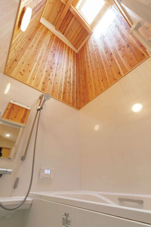 ぴたはうす 安食建設【デザイン住宅、和風、間取り】『ぴたはうす』の代名詞とも言える、天井のない浴室。水蒸気が2階まで抜けて加湿器代わりに。建物の性能がいいからこそできる設計手法といえる