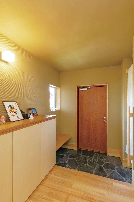 ぴたはうす 安食建設【デザイン住宅、和風、間取り】玄関ドアは表面にスプーンカットを施してニュアンスを出した。造作のベンチも便利