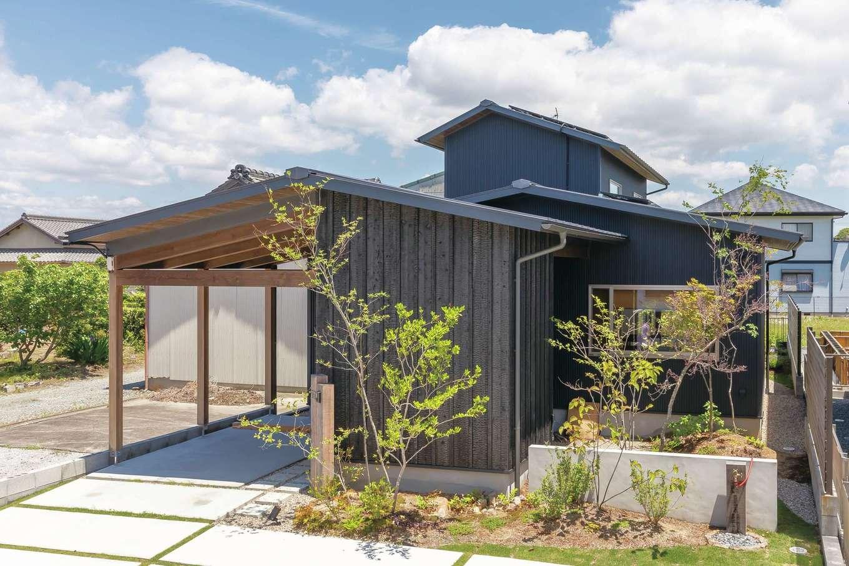 ぴたはうす 安食建設【デザイン住宅、和風、間取り】交通量の多い通り沿いなので、カーポートと庭を前面に作ってプライバシーを守る。外壁の一部に焼杉を採用し、アクセントをつけた