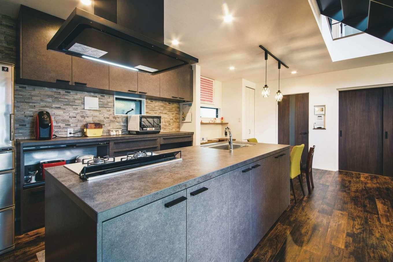 内田建設【デザイン住宅、狭小住宅、建築家】奥さまが内田社長宅を見学して、ひと目惚れしたセラミックトップのキッチン。床、建具、クロスも同系色にして統一感を出した
