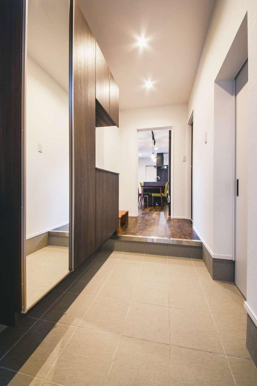 内田建設【デザイン住宅、狭小住宅、建築家】視界が遠くまで伸びる玄関ホール。ベビーカーやゴルフバッグもすっぽり収まる土間収納付きで、いつも空間をスッキリとキープできる