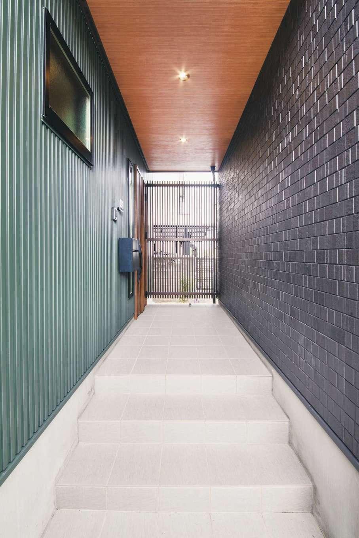内田建設【デザイン住宅、狭小住宅、建築家】屋根付きのポーチは、駐車場から雨に濡れずに玄関までアクセスできるので便利