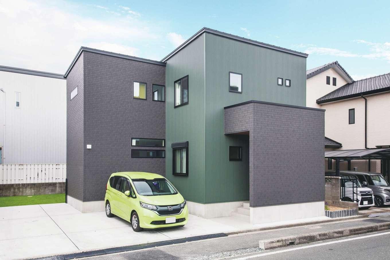 内田建設【デザイン住宅、狭小住宅、建築家】3方向に家が建っているため、シンプルな総2階では光を効率良く取り込めないことから、このような複雑な形状になった。モスグリーンのガルバリウムがオリジナリティを発揮。建築家とコラボして建てる『内田建設』なら、どんなハンディのある土地でも住みやすい家を叶えてくれるので、まずは相談してみよう