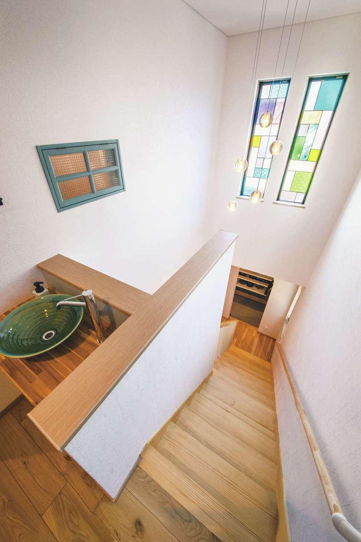 丸洋建設 ハウスオブハウス【子育て、趣味、インテリア】ステンドガラスや室内窓がお洒落な吹き抜け