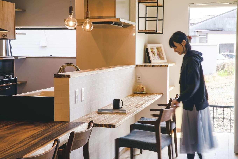丸洋建設 ハウスオブハウス【子育て、趣味、インテリア】お洒落なカフェのような木のカウンターをキッチンの真正面に配置。ゆっくりとお茶やコーヒーを飲んだり、会話を楽しみながら、一息つけるスペースに仕上げた