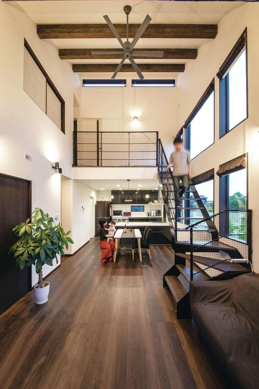 未来創建【デザイン住宅、省エネ、ガレージ】ダイナミックな吹抜けのLDK。高性能なZEH仕様なので、エアコンをほとんど使わなくても夏は涼しく、冬は暖かい。アパート時代より部屋は広くなったのに、光熱費は断然安くなった