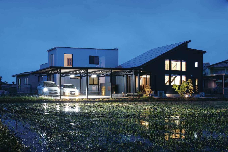 未来創建【デザイン住宅、省エネ、ガレージ】平屋風の2階建て。大きな片流れの屋根に10kWの太陽光発電を搭載したZEH住宅